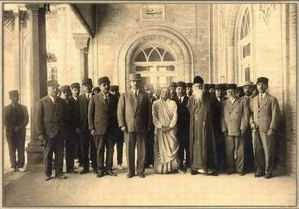 Тагор (первый ряд, третья фигура справа) встречает членов иранского меджлиса (Тегеран, апрель-май 1932)