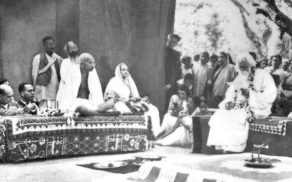 Тагор (справа, на помосте) принимает Махатму Ганди и его жену Кастурбу в 1940