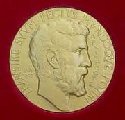 Изображение Архимеда на медали Филдса.