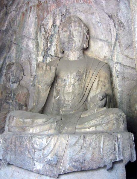 Скульптура будды Амитабхи династии Тан, расположенная в пещерных гротах восточного Китая