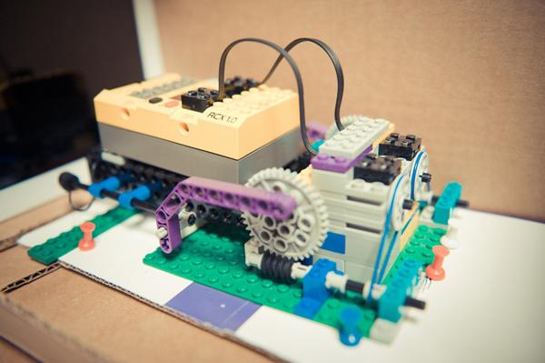 LEGO робот помогает тестировать приложения для IPAD (видео)