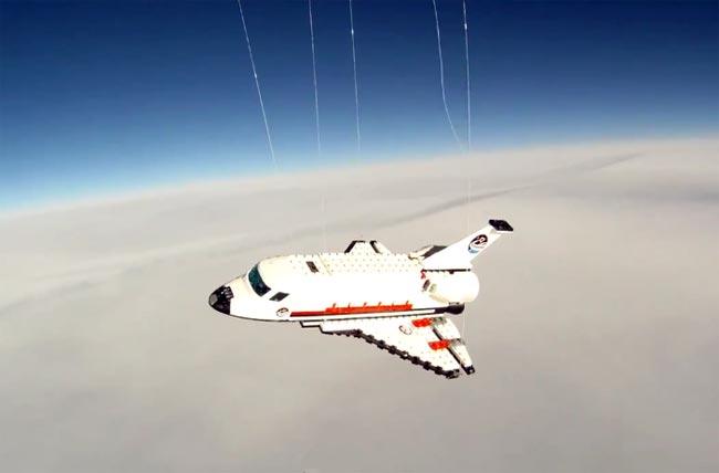 Шатл из конструктора «Lego» в космосе (видео)