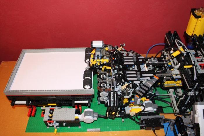 LEGO конвейер для производства и запуска бумажных самолетиков (видео)