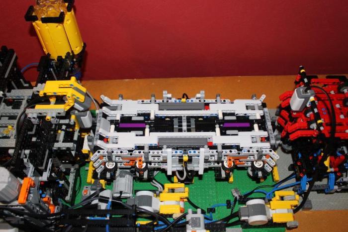 LEGO конвейер для производства и запуска бумажных самолетиков