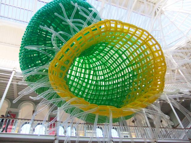 Массивная скульптура «Рыбы» из воздушных шаров от художника Jason Hackenwerth