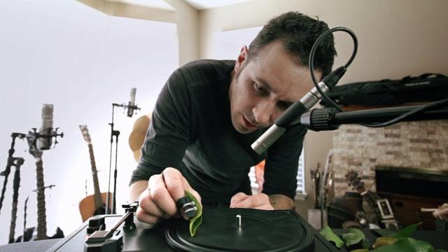 Дуэт для листьев и проигрывателя от композитора Diego Stocco (видео)