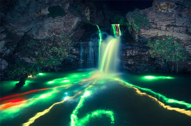 Полуночные радужные водопады «Neon Luminance» от Sean Lenz и Kristoffer Abildgaard