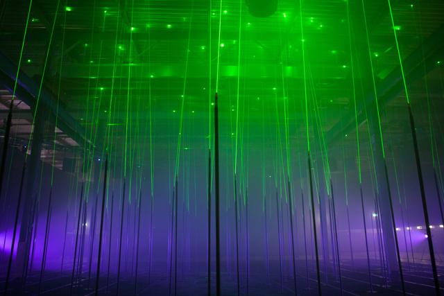 Интерактивный музыкальный лес из лазеров («Laser Forest») от творческой мастерской «Marshmallow Laser Feas»