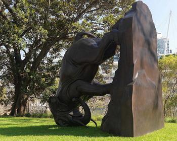 Скульптура «The World Turns» от художника Michael Parekowhai