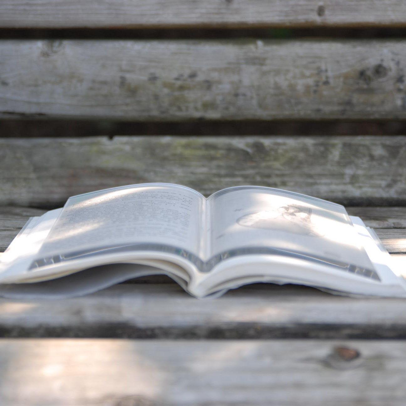 Акриловая вставка «BOOK on BOOK» для защиты книг от неаккуратных читателей