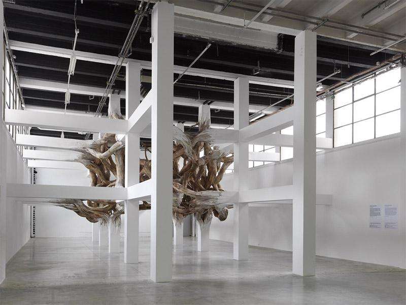 Архитектурные колонны «Baitogogo» в Palais de Tokyo взрываются в органические формы (видео)