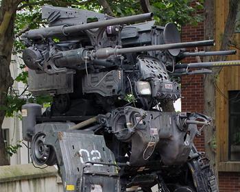 Огромная копия «BattleMech» из старых деталей от грузовиков