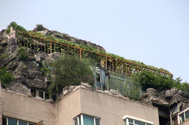 Незаконные горы на крыше 26-ти этажного жилого дома, Пекин, КНР