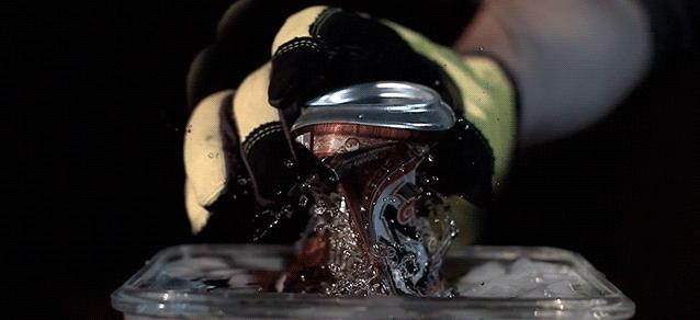 Веселый эксперимент, который можно повторить дома: вакуумный взрыв алюминиевой банки (видео)