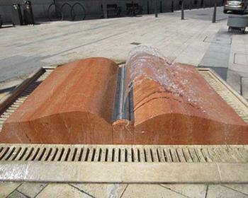 Памятник книге в виде фонтана, со страницами из воды, Будапешт, Венгрия