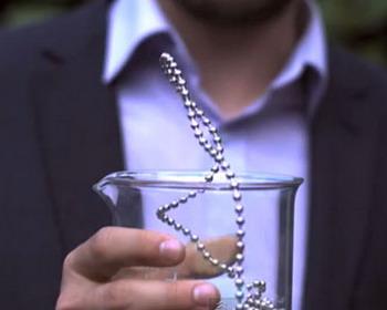 Необычное «вытекание» длинной цепи из шариков (видео)