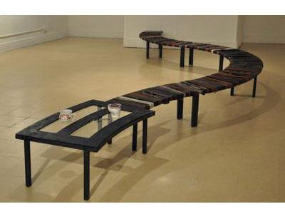 Модульная скамья из тысячи кожаных ремней