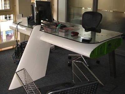 Офисный стол «Deborah» из хвостовой части самолета