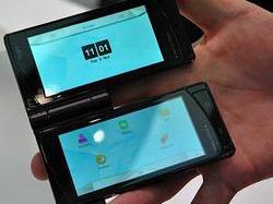 Мобильный телефон с двумя сенсорными экранами