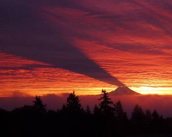 Тень от стратовулкана Маунт-Рейнир, штат Вашингтон