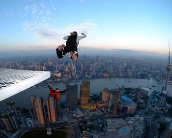 Прыжок с небоскреба, Шанхай, Китай