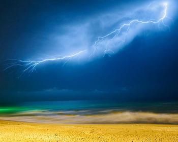 Молния над Каспийским морем