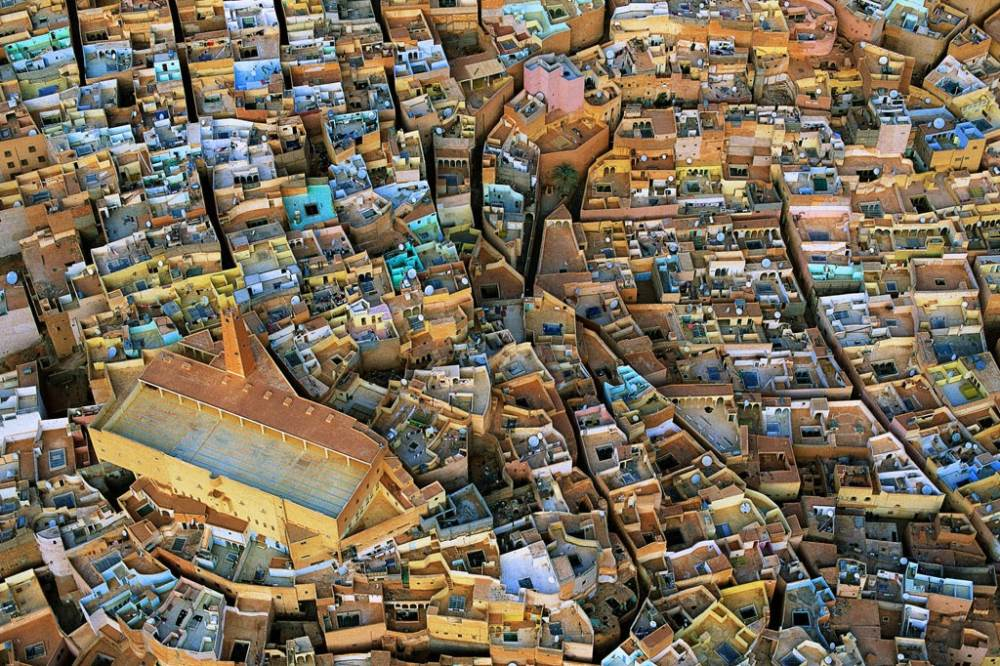 Извилистые улочки города в долине Мзад, Алжир