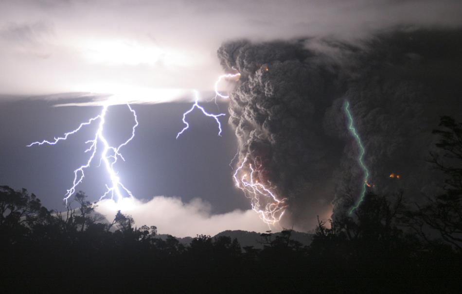 Молния над активным вулканом Чайтен, Чили