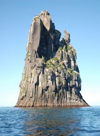 Удивительное горное образование, остров Уруп, Россия