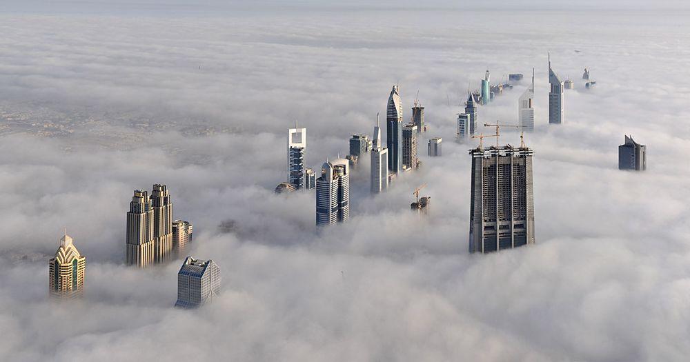 Город Дубай в тумане