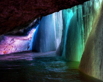 За замерзшим водопадом