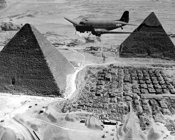 Транспортный самолет над египетскими пирамидами