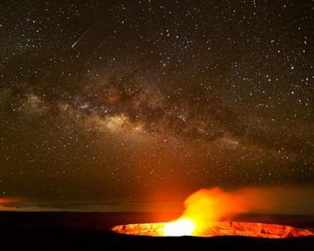 Млечный Путь над бассейном лавы, Гавайи
