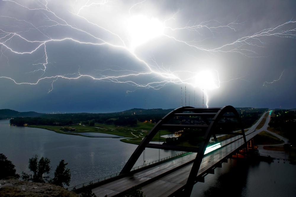 Молния над мостом, Остин, Техас, США