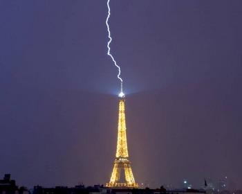 Молния над Эйфелевой башней