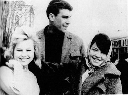 Сергей Донатович Довлатов с первой женой Асей Пекуровской (справа)