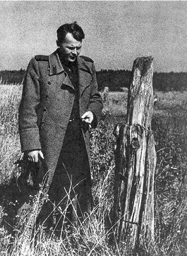 Александр Твардовский в родной деревне Загорье. 1943 г.