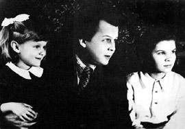 Александр Трифонович Твардовский с дочерьми Олей и Валей