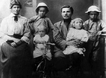 Александр Твардовский (второй слева) с родителями — Марией Митрофановной и Трифоном Гордеевичем, братьями Иваном (на велосипеде), Константином и сестрой Анной, 1916 год. В 1931-м семья была раскулачена, отец сослан