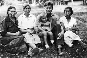 Теща поэта Ирина Евдокимовна Горелова, супруга Мария Илларионовна, Александр Трифонович с дочерью Валей и своей сестрой Машей, Красный Бор, 1936 год