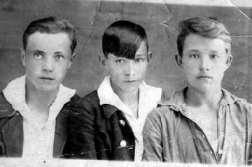 Виктор Астафьев - слева.