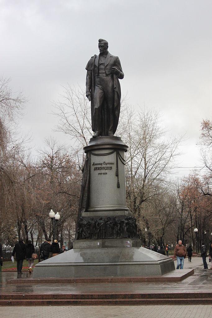 Памятник Грибоедову в Москве на Чистопрудном бульваре