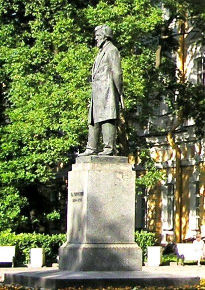 Памятник К. Д. Ушинскому во дворе РГПУ им. А. И. Герцена