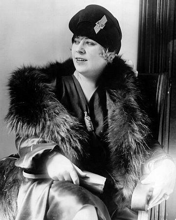 Мэй Уэст (англ. Mae West). Так она выглядела в 1927 году в спектакле
