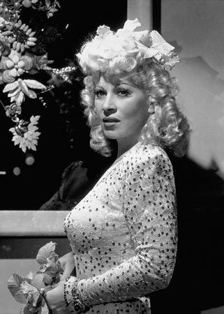 Мэй Уэст (англ. Mae West). в 52 года, уйдя из кино.