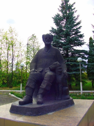 Памятник Пришвину М.М. в сквере школы П-Михайловки