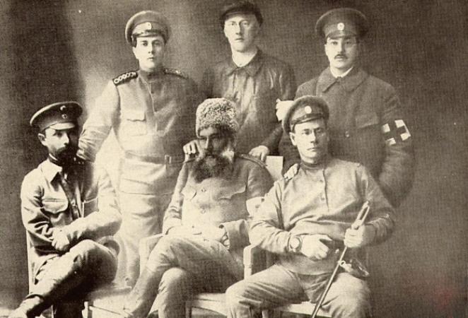 А.Н. Толстой стоит слева, слева сидит М.М. Пришвин.