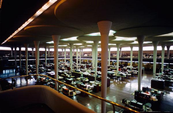 Фрэнк Ллойд Райт (англ. Frank Lloyd Wright). Древовидные колонны в интерьере «Джонсон Вакс»