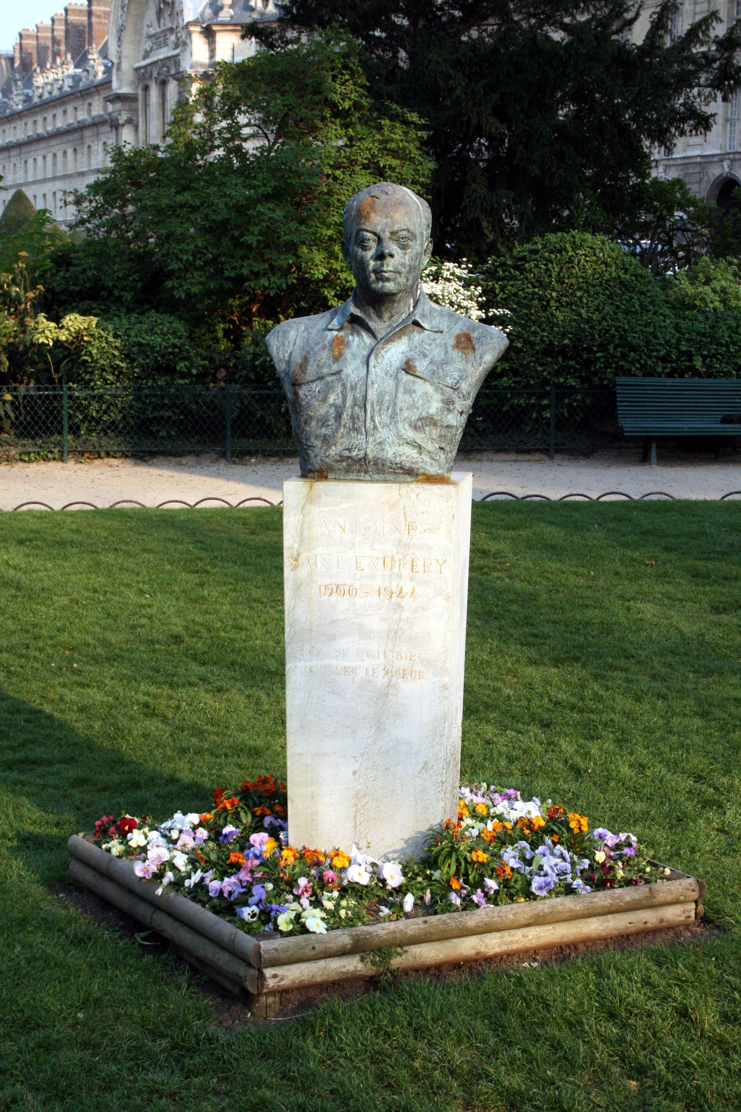 Бюст Экзюпери в Париже