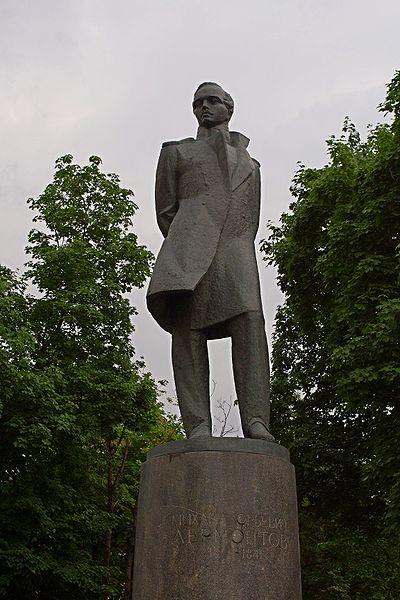 Памятник на Лермонтовской площади в Москве